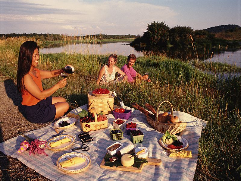 News Picture: Think Safety First When Dining Outdoors