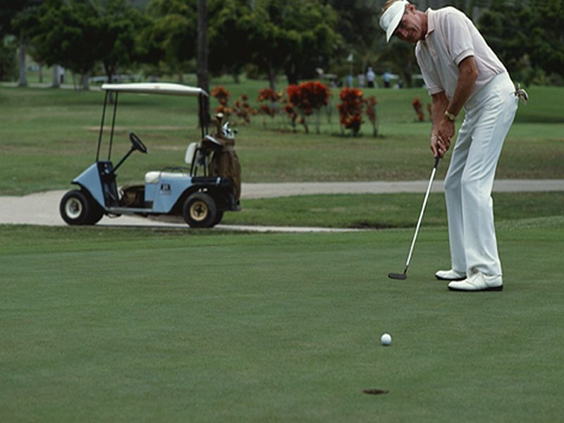 Walking, Not Riding, Boosts Health in Golfers With Knee Woes