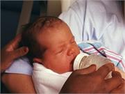 A la mayoría de los bebés recién nacidos de madres infectadas con la COVID-19 les va bien
